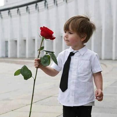 Фото мальчика с цветами и в костюме